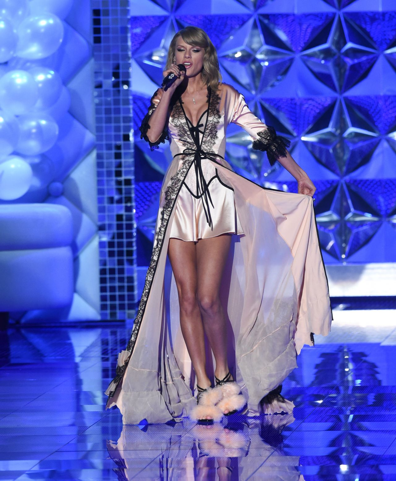 taylor swift performs at victorias secret fashion show in
