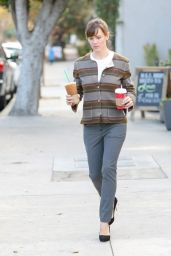 Jennifer Garner Stopping by Starbucks in Los Angeles - January 2015