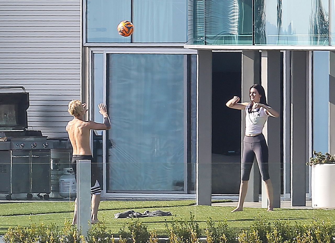 Kendall Jenner In Tights Playing Volleyball In The Garden