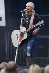 Miranda Lambert Performing at the Belk Bowl in Charlotte, Dec. 2014