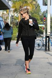 Reese Witherspoon Stops by Starbucks in Los Angeles - January 2015