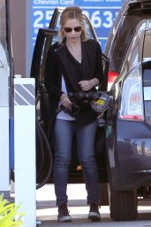 Sarah Michelle Gellar - Pumping Gas in Los Angeles, January 2015