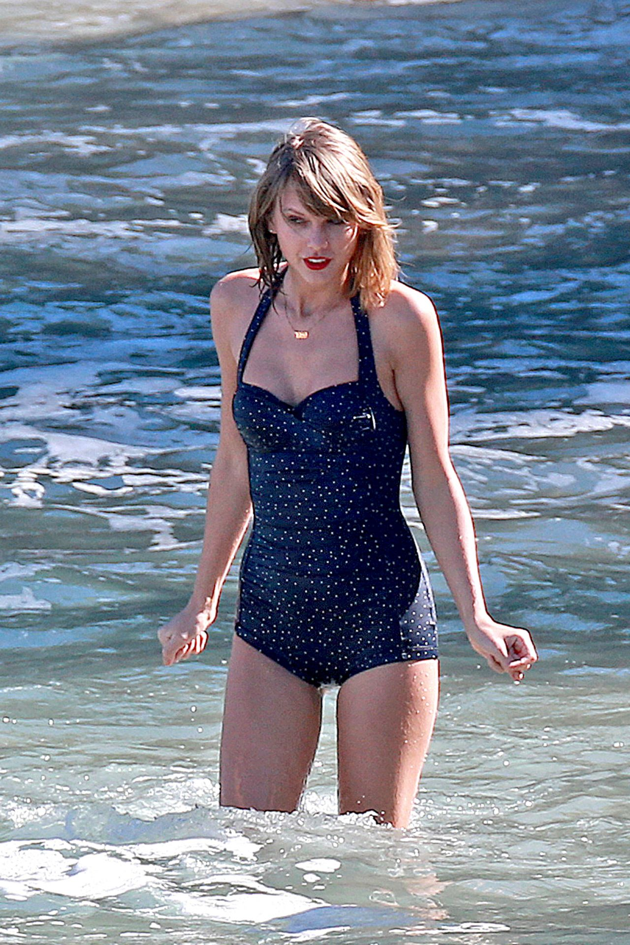 Taylor Swift In A Swimsuit At The Beach In Maui January
