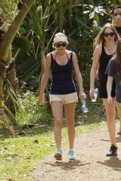Taylor Swift Leggy in Shorts - Out for a Walk in Hawaii, January 2015
