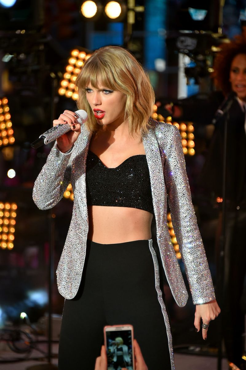 Taylor Swift Performs at New Year's Eve 2015 in New York City