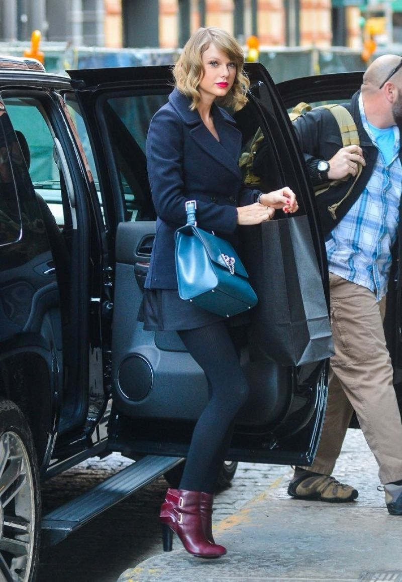 Taylor Swift Street Style - Returns to Her New York CIty ...