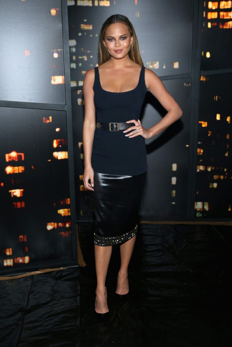 Chrissy teigen donna karan new york fashion show for Donna karen new york