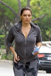 Kelly Brook Booty in Leggings - at Runyon Canyon in Los Angeles, Feb. 2015