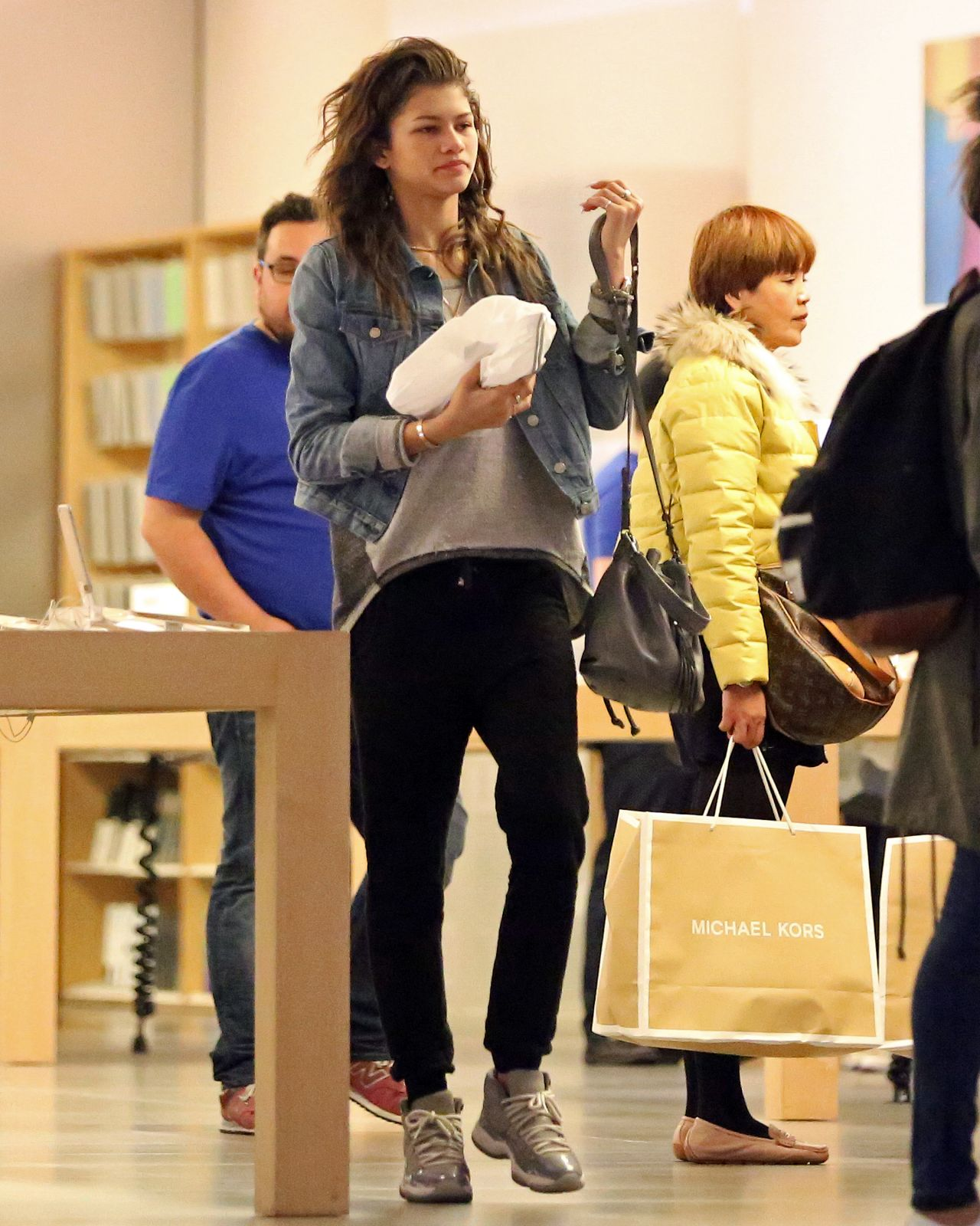 Zendaya Casual Style Shopping At The Apple Store In Beverly Hills