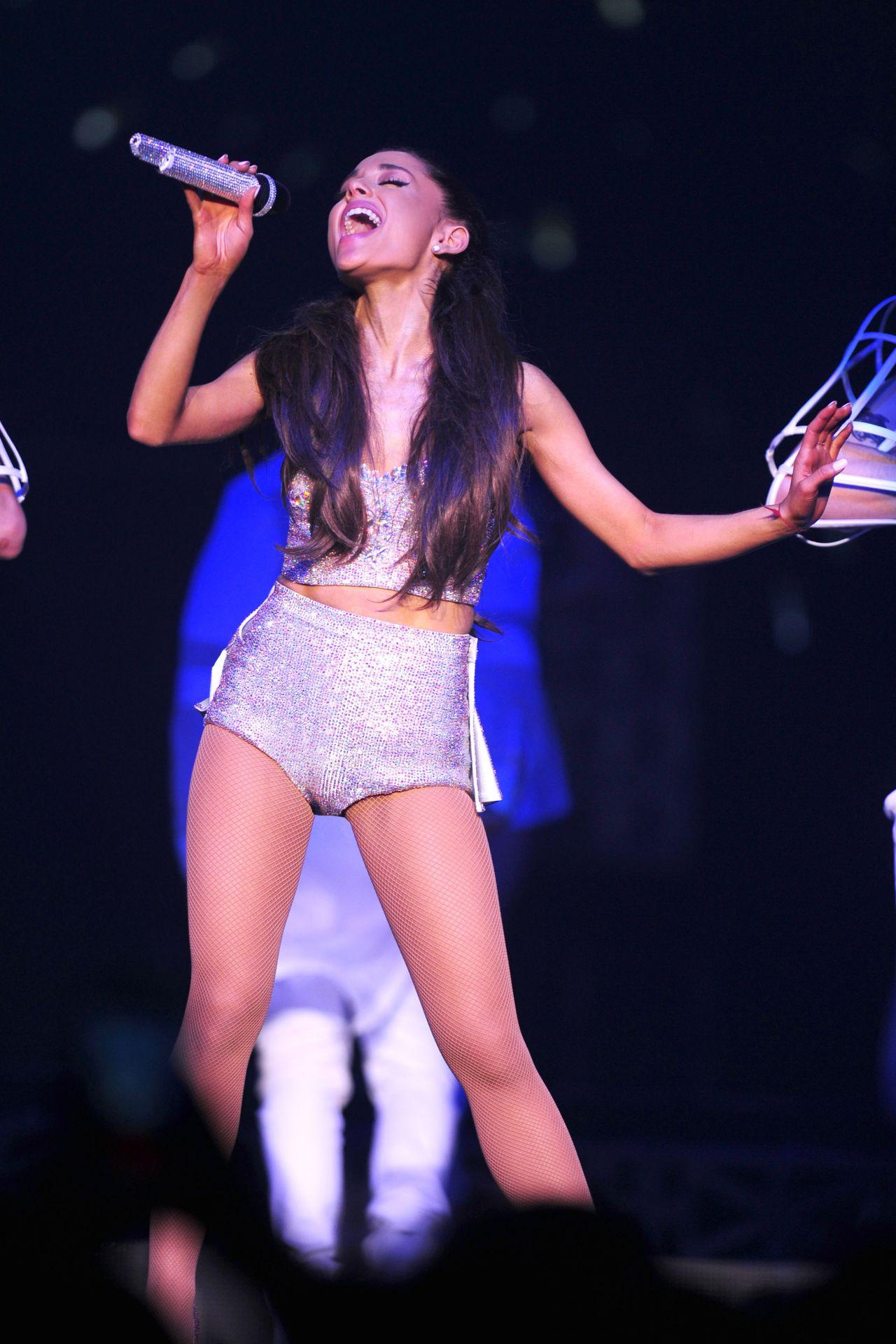 Ariana Grande Performs at The Honeymoon Tour, Rosemont ...