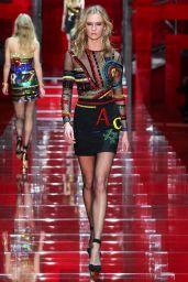 Karlie Kloss - Versace Fashion Show Runaway - Milan Fashion Week Autumn/Winter 2015