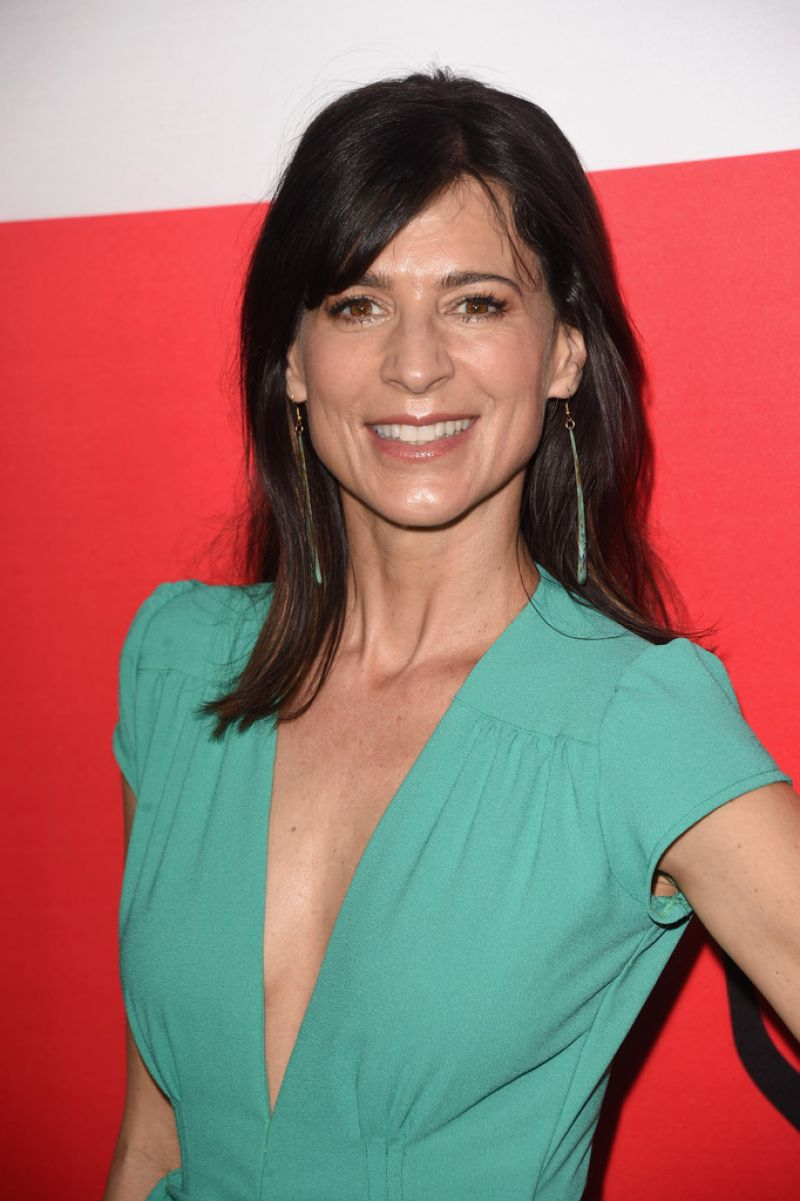 Perrey Reeves The Gunman Premiere In Los Angeles