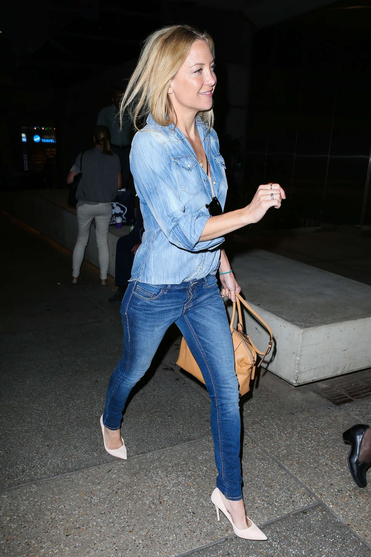 Kate hudson at lax airport april 2015 kate hudson in jeans lax