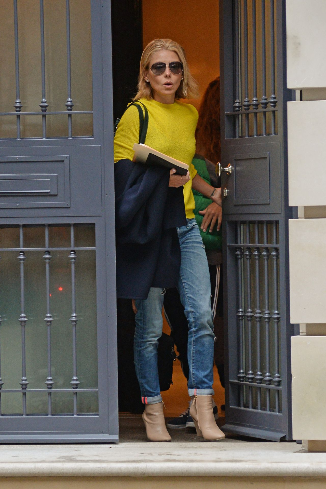 Kelly Ripa Leaving Her Apartment In New York City