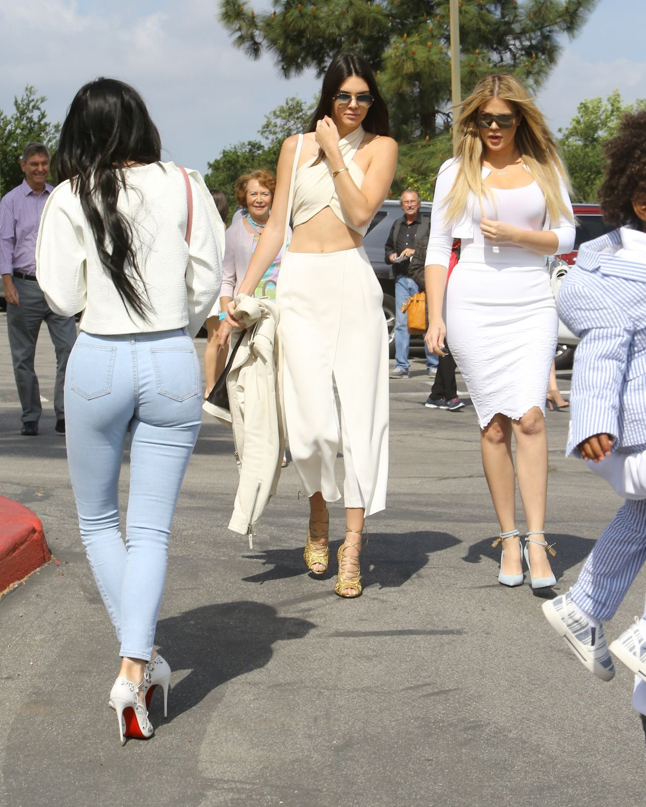 kylie-jenner-booty-in-tight-jeans-out-in-agoura-hills-april-2015_8.jpg