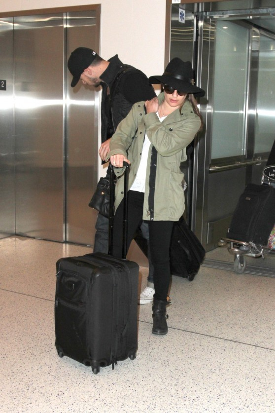 lea-michele-at-lax-airport-april-2015_1