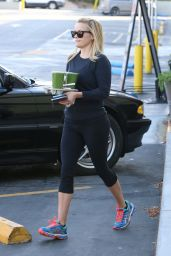 Reese Witherspoon Picks Up Some Drinks in Santa Monica, April 2015