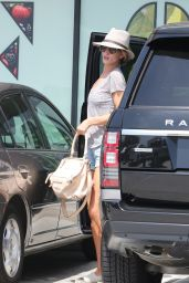 Rosie Huntington-Whiteley - Grocery Shopping in Malibu, April 2015