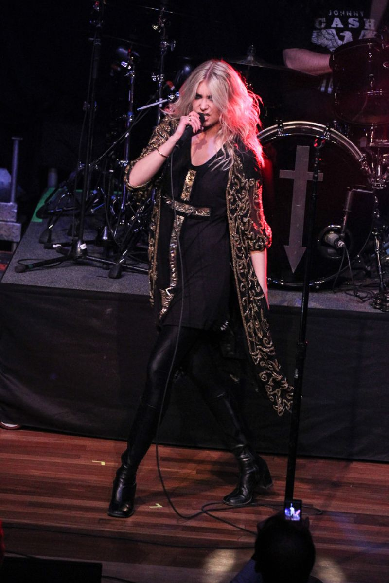 Taylor Momsen - The Pretty Reckless Performing in ... Taylor Momsen Twitter