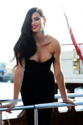 adriana-lima-boards-a-yacht-in-cannes-may-2015_4