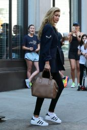 Gigi Hadid Leaving Taylor Swift