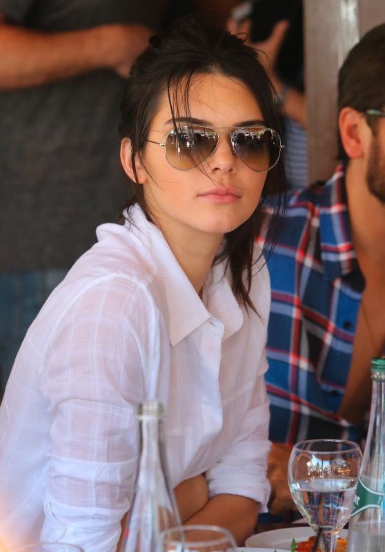 Kendall Jenner Has Dinner at Il Pastio in Beverly Hills, May 2015