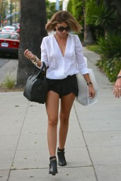 sarah-hyland-shows-off-her-legs-out-in-la-april-2015_1