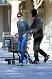 Emma Stone - Grocery Shopping at Ralphs in Malibu, June 2015