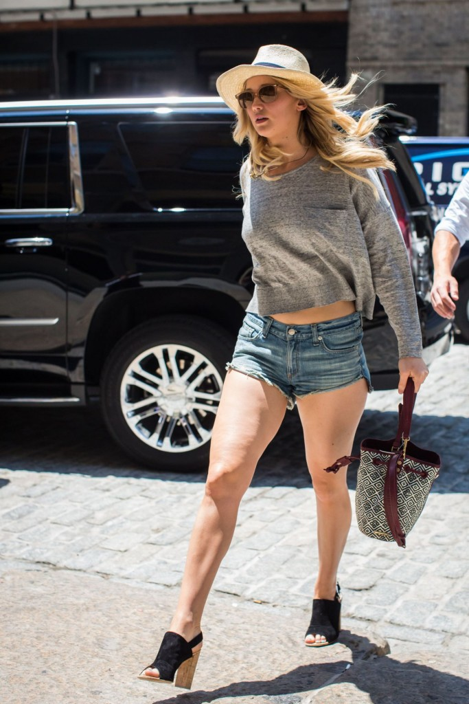 jennifer-lawrence-leggy-in-jeans-shorts-out-in-new-york-city-june-2015_4