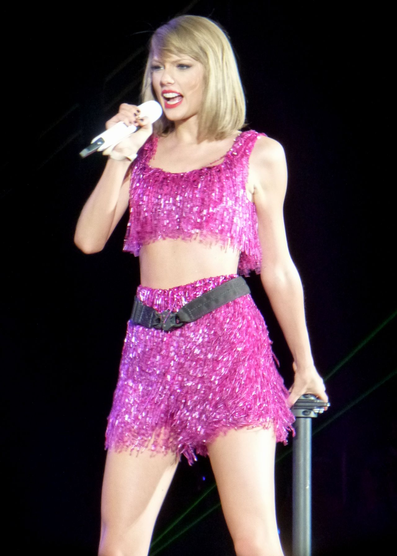 Taylor swift performs at 1989 world tour concert in detroit may