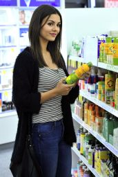 Victoria Justice Street Style - Buying Sunscreen at Whole Foods in Los Angeles, June 2015