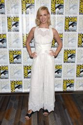January Jones - The Last Man on Earth Press Line at Comic Con in San Diego