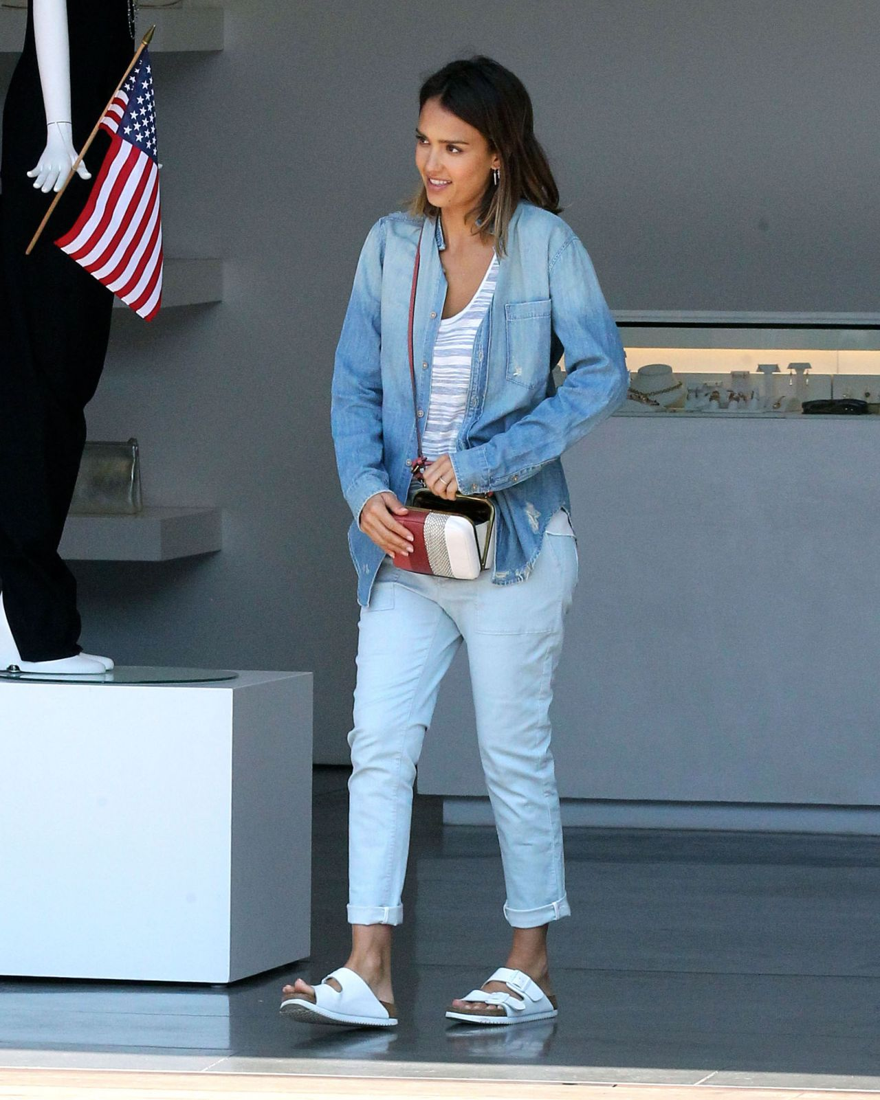 jessica alba shopping with friends in malibu july 2015