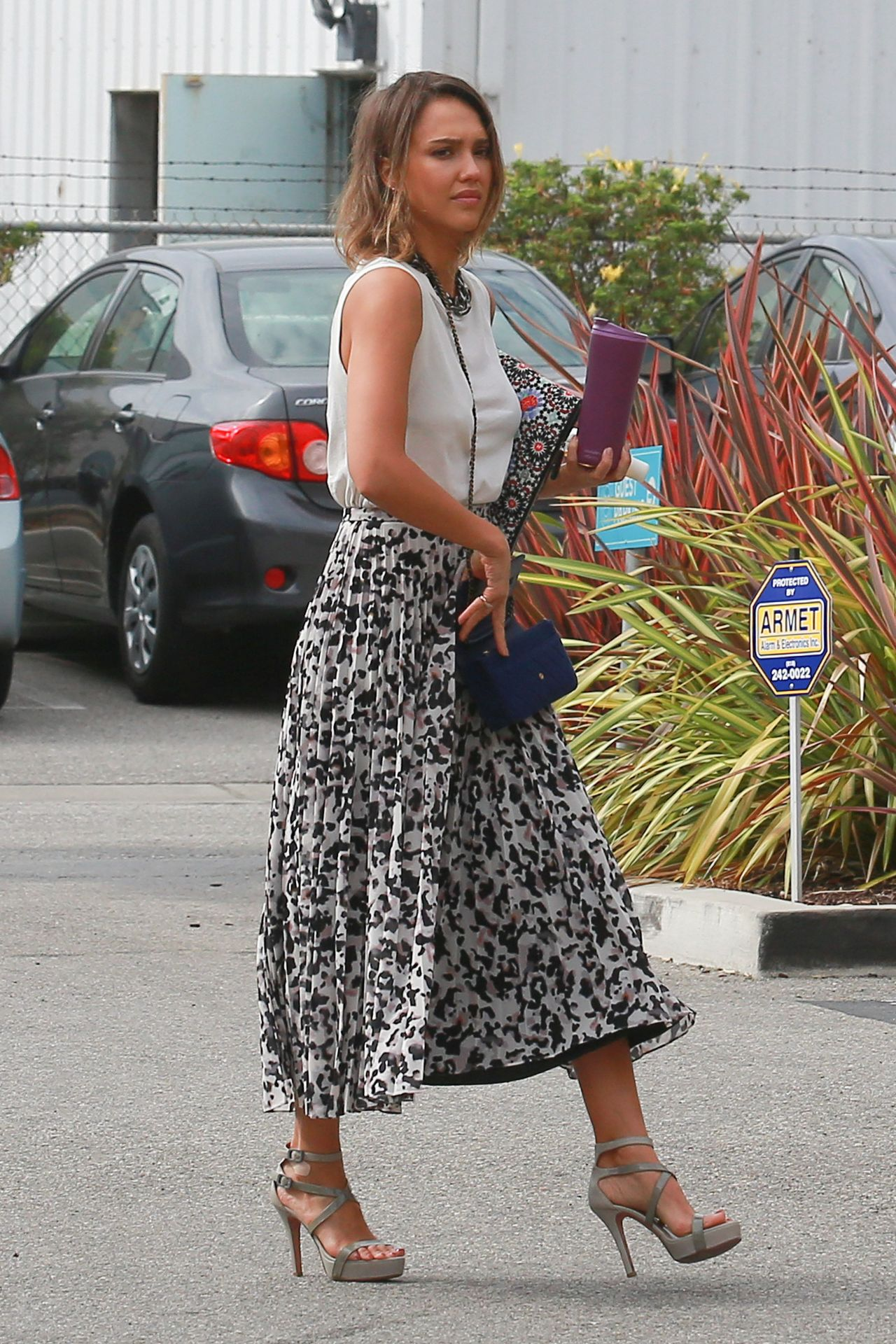 jessica alba summer style heads to her office in santa