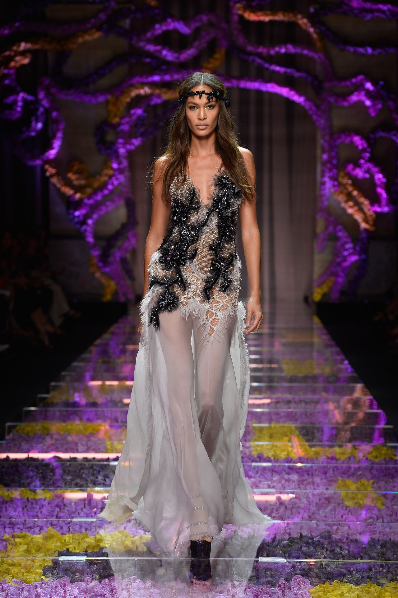 Joan smalls atelier versace show paris fashion week for Haute couture 2015