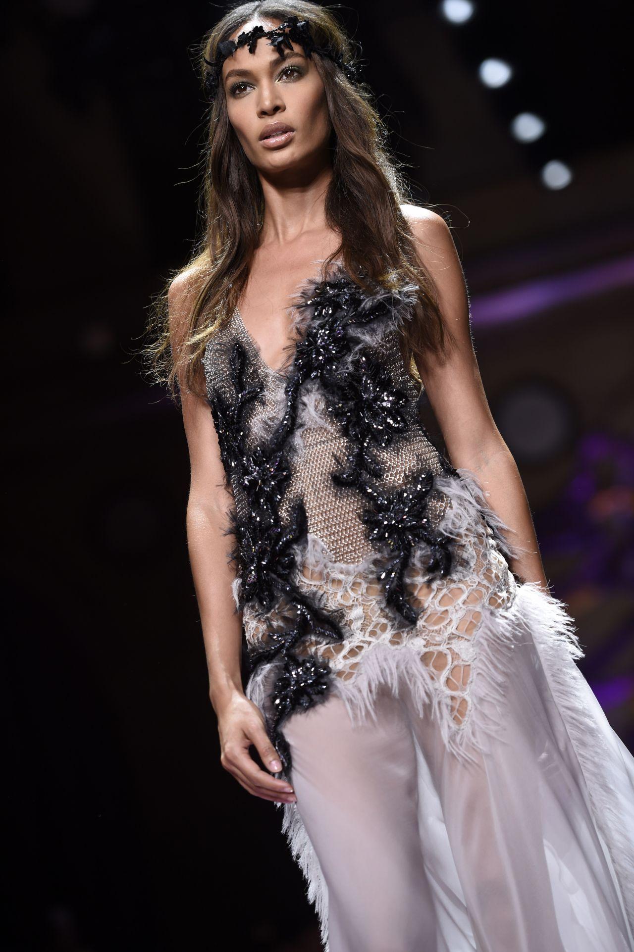 Joan smalls atelier versace show paris fashion week for Haut couture