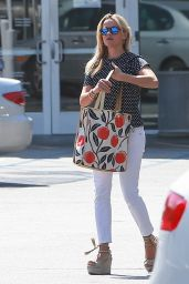Reese Witherspoon Casual Style - at the Brentwood Country Mart, July 2015