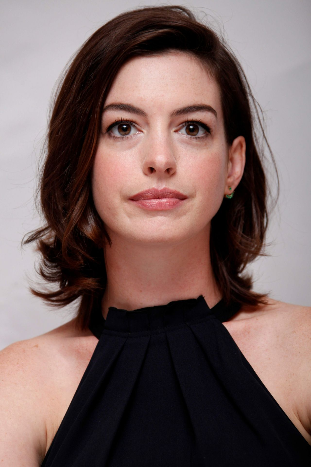 Busty MILF Anne Hathaway Displays Her Perfect Cleavage