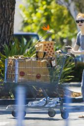 Emma Stone Grocery Shopping in Pacific Palisades, August 2015