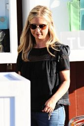 Sarah Michelle Gellar Leaving the Brentwood Country Mart in Brentwood, August 2015