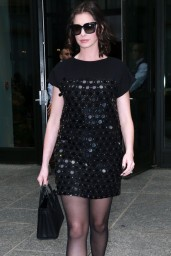 anne-hathaway-leaving-her-hotel-for-tonight-show-with-jimmy-fallon-in-new-york-city-september-2015_8