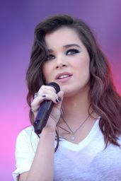 Hailee Steinfeld Performs at 2015 iHeartRadio Music Festival in Las Vegas