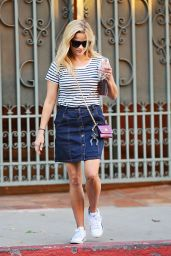 Reese Witherspoon Casual Style - Out in Santa Monica, September 2015