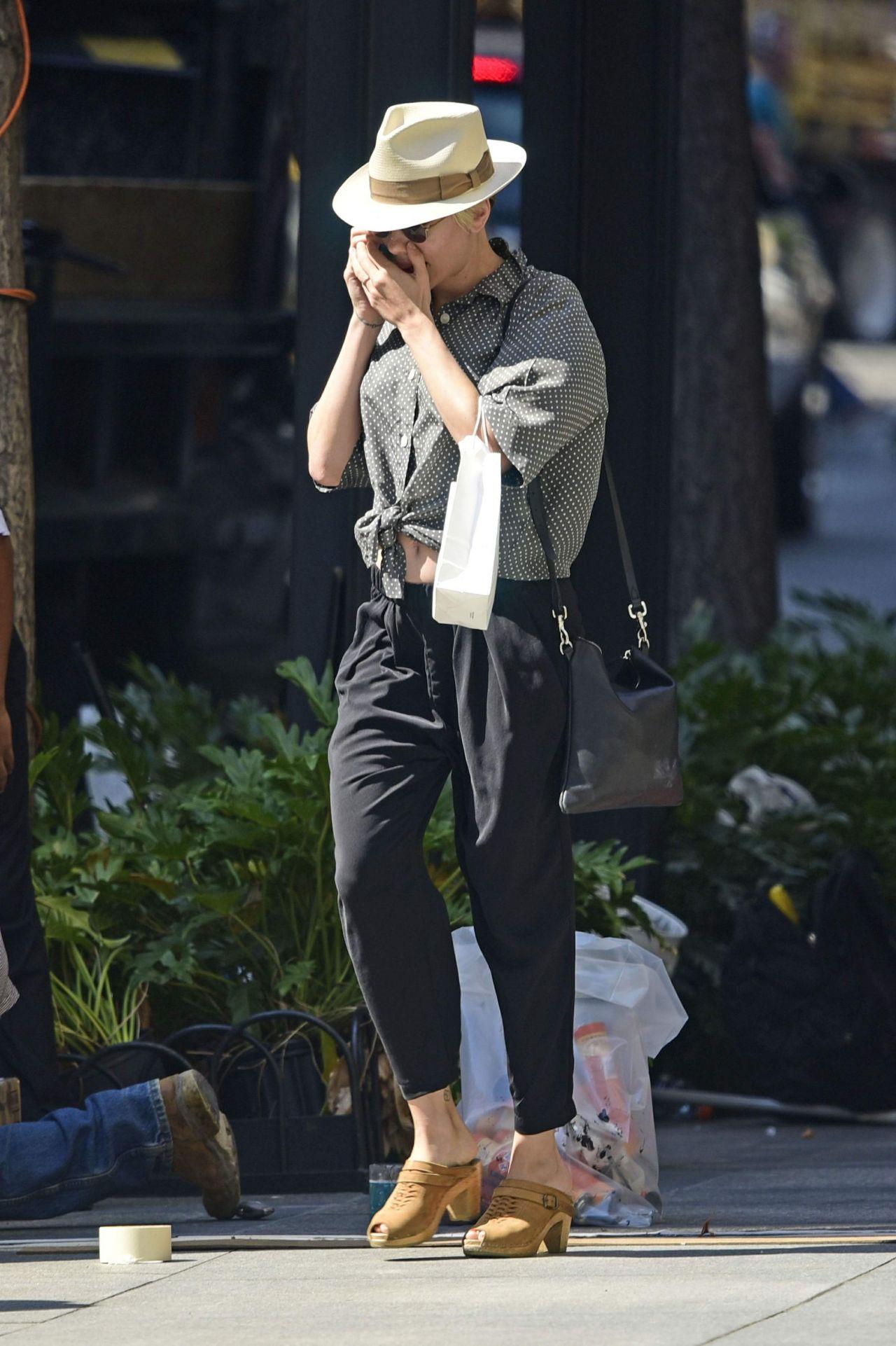 Scarlett Johansson Street Style Shopping In Nyc September 2015