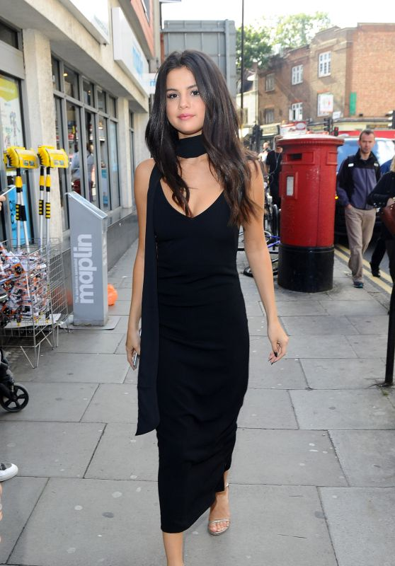 Selena Gomez at the Eurostar Train Station in London, September 2015