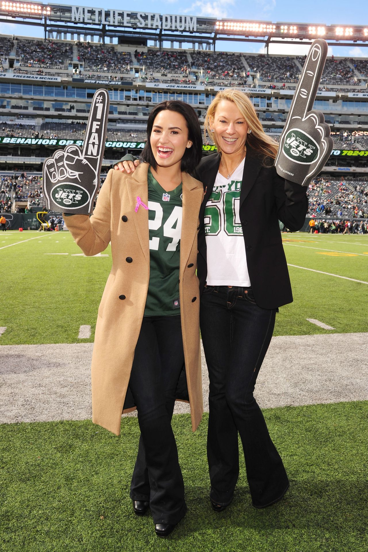 2ae48643bb6 Demi Lovato – Jets vs. Washington Redskins Game at the MetLife Stadium in New  Jersey
