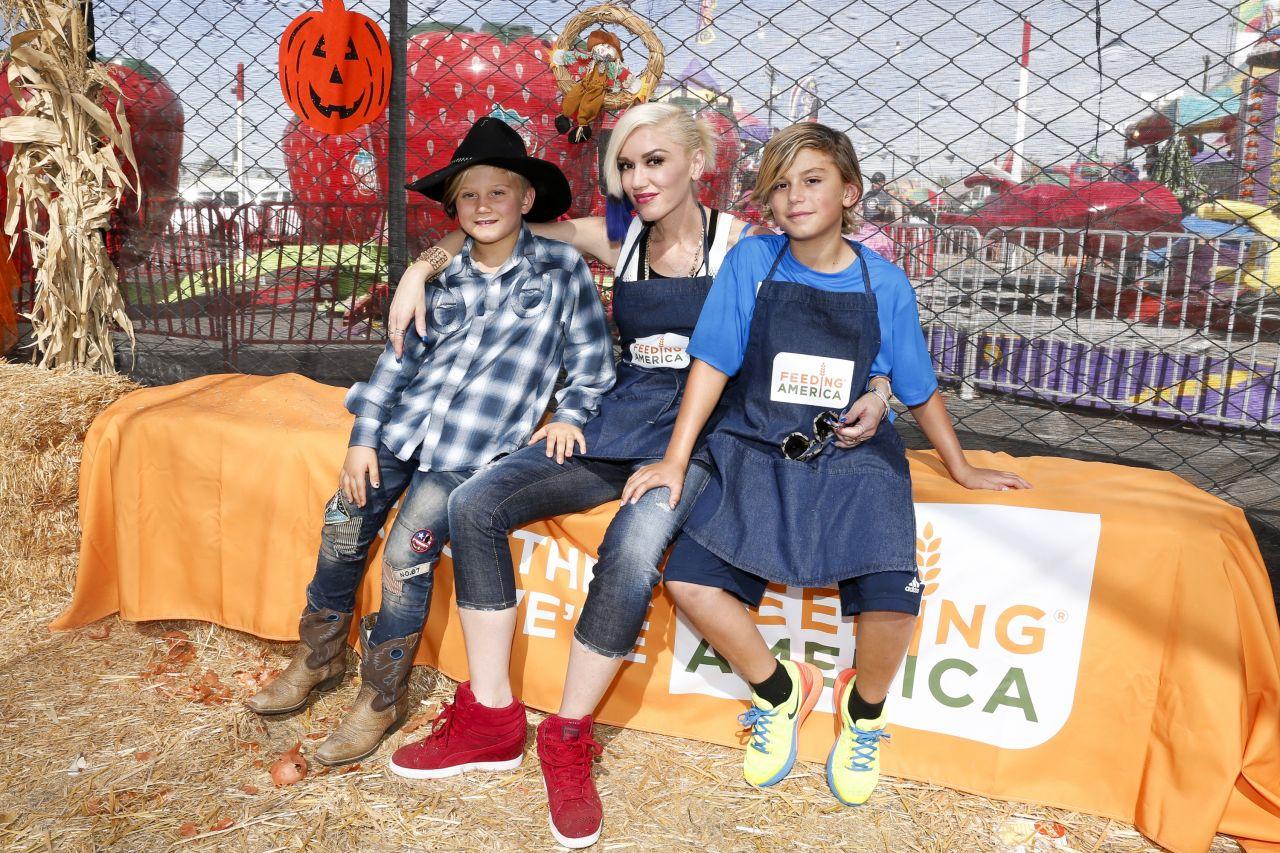Gwen Stefani - Holiday Harvest Volunteer Event At Shawn