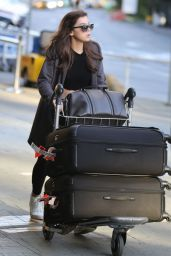 Hailee Steinfeld - Vancouver International Airport, October 2015