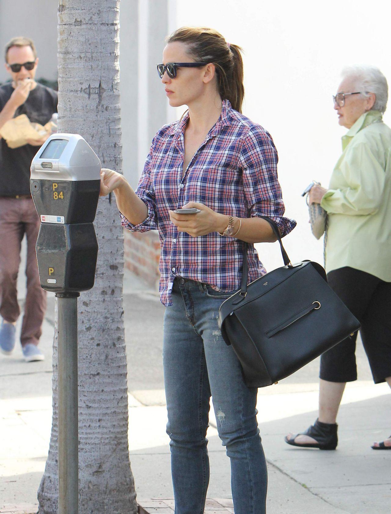 Jennifer Garner - Going to Get Her Nails Done in Los Angeles, October 2015