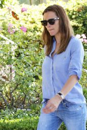 Jennifer Garner Picks Up Her Girls Amid Pregnancy Rumors - October 2015